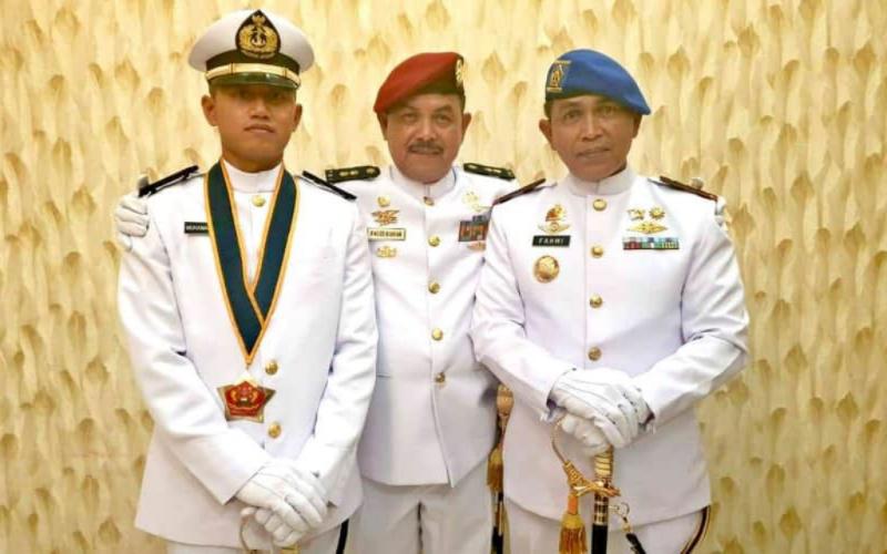 (dari kiri) Letda Laut (KH) Muhammad Faugi, Dr. H. Fauzi Bahar, M.Si., dan Danpom Koarmada I Kolonel Laut (PM) Fahmi. (Dok. Istimewa)