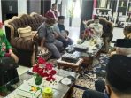 Dra Zusneli Zubir MHum dan Efrianto SS, sedang diskusi bersama Drs H Ali Mukhni, Bupati Padang Pariaman. (Dok. Istimewa)