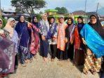 Dosen Kriya Seni ISI Padangpanjang bersama para IRT warga RT 5 Silaing Atas saat pelatihan keterampilan membuat batik. (Dok. Istimewa)