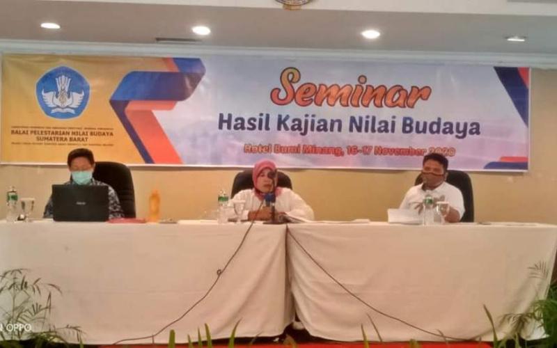 Dra Zusneli Zubir MHum saat Seminar Hasil Kajian Nilai Budaya yang digelar BPNB Sumbar laporkan hasil penelitian eksistensi Kerajaan Jambu Lipo, Senin 16 November 2020 di Padang. (Dok. Istimewa)