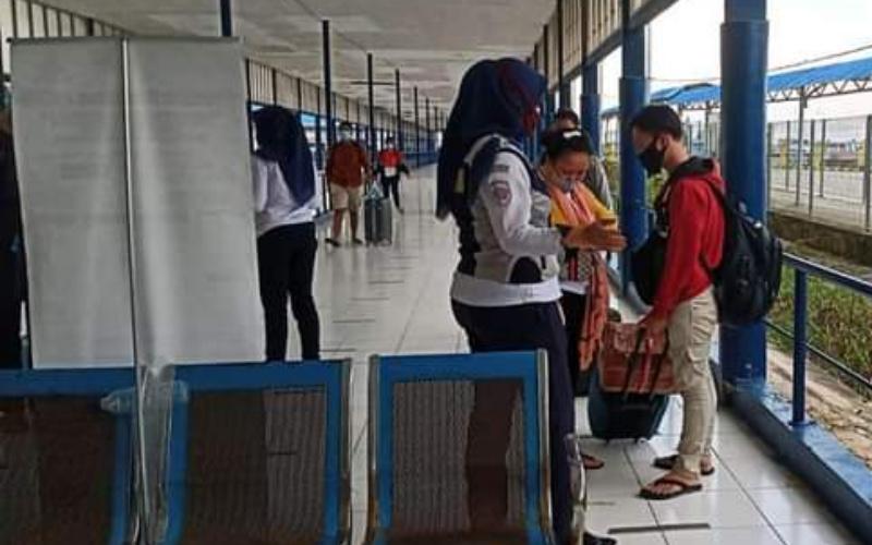 Petugas di Terminal Roro Pelabuhan Bandar Sri Junjungan Dumai. (Foto : Humas BUMD PT. Pelahuhan Dumai Bersemai)