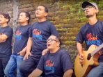 Grup band Heniikun Bay di videoklip lagu Pahlawan Wayang yang didedikasikan untuk dalang kondang almarhum Ki Seno Nugroho. (Dok. Istimewa)