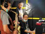 Rulli Aryanto saat dampingi pengisian track saxophone untuk album Teman dan Senang dari AM. Kuncoro, di Prima Founder Studio - Yogyakarta. (Dok. Istimewa)