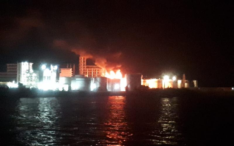 Pabrik PT SDO di Kelurahan Lubuk Gaung Kecamatan Sungai Sembilan Kota Dumai terbakar pada Rabu malam (16/6/2021). Foto : WhatsApp Group